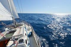 Yacht de navigation dans l'action Photographie stock