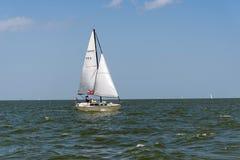 Yacht de navigation dans l'océan ouvert images stock