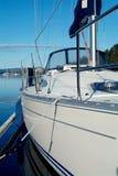 Yacht de navigation dans le port Images libres de droits