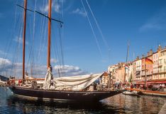Yacht de navigation dans le port de Saint Tropez Photo stock