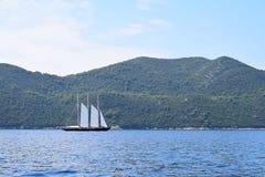 Yacht de navigation en bois avec trois mâts photo libre de droits