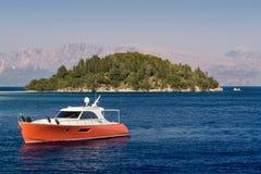 Yacht de navigation en mer près de petite île Photos stock