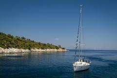 Yacht de navigation en mer près de petite île Photos libres de droits