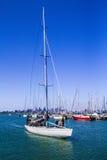 Yacht de navigation entrant dans le port Image libre de droits