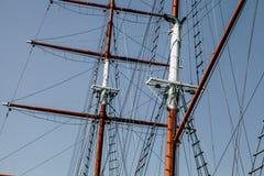 Yacht de navigation Mât pour des voiles Les voiles sont pliées Images stock