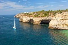Yacht de navigation près de Praia de Benagil Photos libres de droits