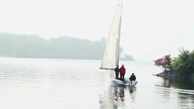 Yacht de navigation quittant le dock dans le début de la matinée, voyageant, tourisme clips vidéos