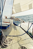 Yacht de navigation sous les voiles Images stock