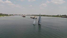 Yacht de navigation sur la grande rivière Vitesse normale de trois yachts sur le fleuve Course de yachts sur le lac banque de vidéos