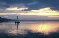 Yacht de Trasimeno de lac au coucher du soleil Image stock