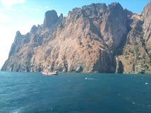 Yacht del backgrounb delle rocce fotografia stock libera da diritti