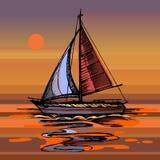 Yacht del mare di tramonto che galleggia sulla superficie dell'acqua Fotografia Stock Libera da Diritti