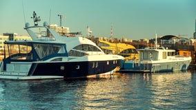 Yacht del molo a tempo di tramonto Rivestimenti di tempo stock footage