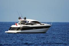 Yacht del motore ancorato in una baia calma Immagine Stock