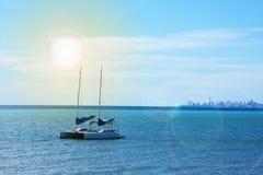 Yacht della barca a vela nella baia del mare Immagine Stock Libera da Diritti