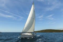Yacht della nave di navigazione con le vele bianche nel mar Egeo Immagini Stock Libere da Diritti