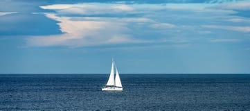 Yacht della nave di navigazione - mar Mediterraneo Immagini Stock Libere da Diritti