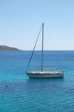 Yacht della vela di ricreazione alla spiaggia dell'albergo di lusso Immagini Stock Libere da Diritti