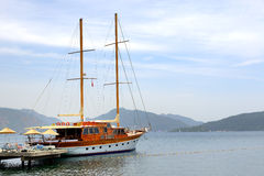 Yacht della vela vicino alla spiaggia sulla località di soggiorno turca Immagine Stock Libera da Diritti