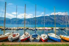 Yacht delle barche a vela sul lago con le montagne Fotografie Stock Libere da Diritti