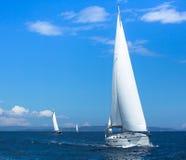 Yacht delle navi di navigazione con le vele bianche nel mare aperto Fotografia Stock Libera da Diritti