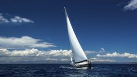 Yacht delle navi di navigazione con le vele bianche nel mare aperto sport Immagini Stock