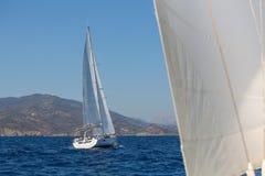 Yacht delle navi di navigazione con le vele bianche nel mare aperto sport Immagine Stock