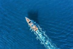Yacht in dem Meer Vogelperspektive des sich hin- und herbewegenden Luxusschiffs stockbilder