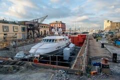 Yacht in der Arbeit Stockfotos
