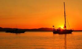 Yacht in der Bucht bei Sonnenuntergang in Australien lizenzfreies stockfoto