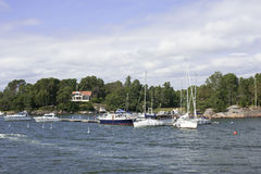 Yacht in der Hafenstadt Stockbild