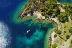 Yacht an der Küste Lizenzfreies Stockfoto