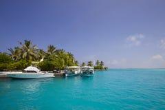 Yacht devant une île Images libres de droits