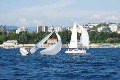Yacht di Broching che navigano lungo la costa di Soci Immagine Stock Libera da Diritti
