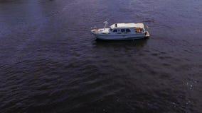 Yacht di galleggiamento bianco stock footage