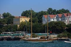 Yacht di legno di navigazione nello stretto del Bosforo in Turchia, Costantinopoli fotografie stock libere da diritti