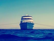Yacht di liveaboard di crociera orizzonte nel mare blu, oceano Fotografia Stock Libera da Diritti