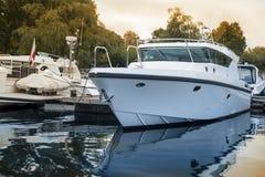 Yacht di lusso al porticciolo Fotografia Stock Libera da Diritti