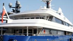 Yacht di lusso ancorato al porto archivi video