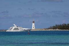 Yacht di lusso che passa il faro Immagini Stock