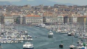 Yacht di lusso che vanno aprire mar Mediterraneo da vecchio porto di Marsiglia, Francia video d archivio