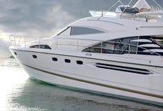 Yacht di lusso con il percorso di residuo della potatura meccanica Fotografie Stock Libere da Diritti