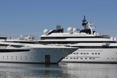 Yacht di lusso con l'elicottero privato Fotografie Stock