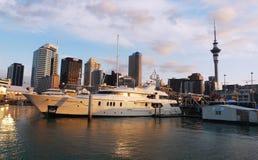Yacht di lusso a lungomare a Auckland, Nuova Zelanda Immagine Stock