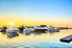 Yacht di lusso messi in bacino in porto marittimo al tramonto Immagini Stock