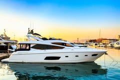 Yacht di lusso messo in bacino in porto marittimo al tramonto Immagine Stock