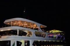 Yacht di lusso nella notte Costantinopoli, Turchia immagine stock