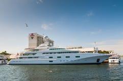 Yacht di lusso Pegaso V del motore sul lato di lungomare in Lauderda forte Fotografia Stock