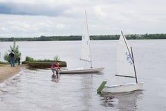 Yacht di lusso a regata di navigazione Navigando nel vento attraverso le onde al mare Fotografie Stock