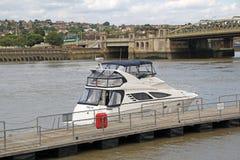 Yacht di lusso su The Creek Fotografia Stock Libera da Diritti